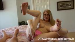 Allie James vous offre en caméra immersive une branlette avec les mains, les pieds et la bouche.