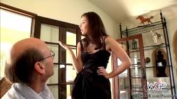 Сексуальная брюнетка Кейси Калверт получает большой толстый хуй в анал