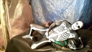 色情免费 - 氨纶骨架摔跤和驼峰蛙人的幻想场景