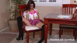 Ava Taylor joue à l'écolière coquine avec ses seins qui pointent