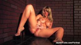 Jayden Jaymes fingers her wet pussy