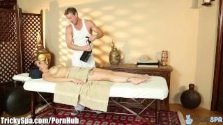 TrickySpa masseur naait klant's poesje