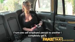 Dicktittige Prominente bearbeitet einen Taxifahrer-Schwanz