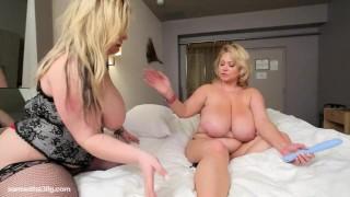 лесбиянки с огромными дойками сосут друг друга в номере отеля