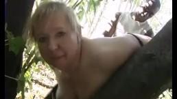 Amatrice blonde est baisée à l'extérieur par un black