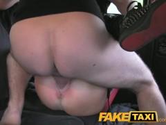Tattooed hottie fucked on taxi backseat