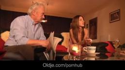 Abuelo canoso se coge por el culo a la sexy nenita Alice