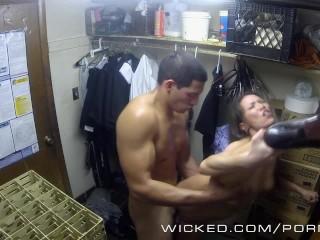 Wicked - Kalina Ryu baisé dans le placard