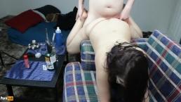 Daisy Dabs se défonce en étant penchée sur une chaise dans son string rouge pour se faire fourrer de foutre