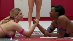 Lesbiche sinuose in un wrestling interraziale