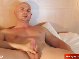 Hetero guy serviced : Alexis real str8 get wanked his big cock by a guy !