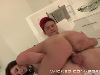Wicked – Hot milf Kendra Lust fucks the pizzaboy