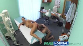 поддельнаяБольница Сексапильная черноволосая медсестра заботится о сексуальном здоровье пациента