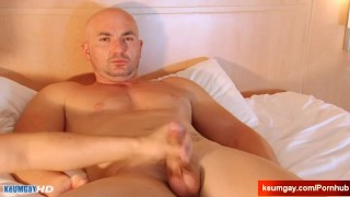 Straight vendors gets wanked his by cock for money by a client !