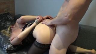 прекрасная рабыня получает два жестких сквиртовых оргазма во время брутального жестка траха