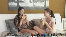 Schattige blondjes banaan pijples