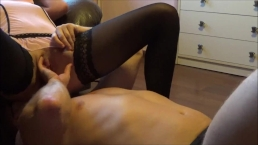 Due spettacolari orgasmi bagnati dopo essersi seduta sulla sua faccia ed essersi fatta mangiare la fica