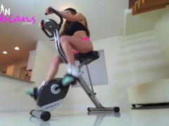 Veronica Vain pleasures her squirting pussy after squat and twerk workout
