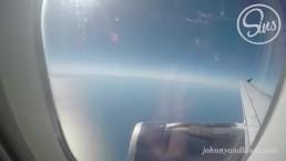 飛行機の中で性欲を我慢できないカップルが勃起ちんぽを手コキ