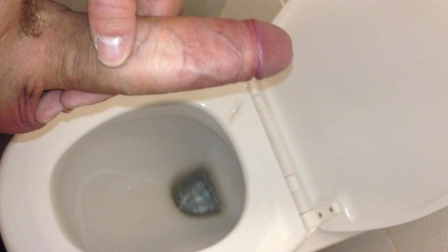 Парни кончают в туалете видео