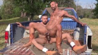 Vidéo porno gratuite - Raging Stallion Ragingstallion Boomer Banques Énorme Bite Baise En Plein Air