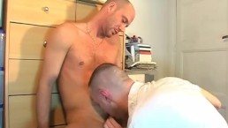 Real Straight vendor gets sucked his big cock by a client in spite of him !