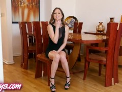 Twistys – Riley Reid rubs her pussy