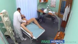 Fake Hospital - un étudiante excitée reçoit une bonne baise du docteur
