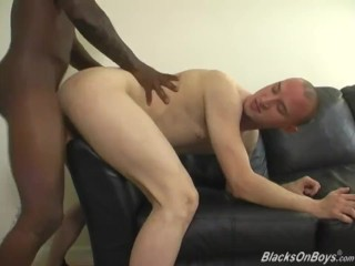 First timer whiteboi gets penetrated by a black schlong