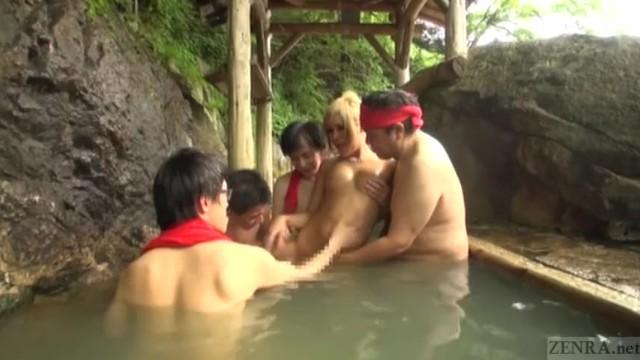 金髪ニューハーフギャルが温泉で、男共にカワイイパイパンチンコ弄くられる♡
