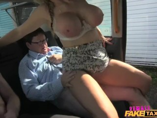 FemaleFakeTaxi Venditore ha un'indimenticabile scopata