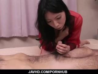 感じやすい黒髪人妻が変態男のふにゃちんをしごきながら乳首舐めご奉仕