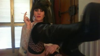 fumo mentre mostro stivaloni e cazzo duro  smoking kink boots latex bondage trans brunette shemale amateurs shemale shemale dom sexy shemale solo femdom boots big cock femdom