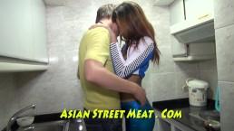 Blauwe leggings en olijfoliehuid Thai geliefde
