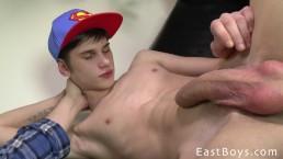 Il giovane skater si fa fare una sega