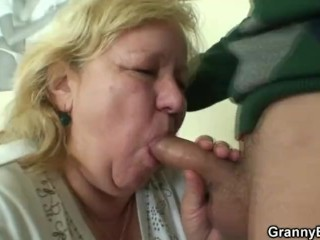 Big granny tastes his cock before doggystyle