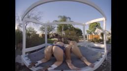 两个辣妹摇摇屁股,为他们的高尔夫教练在VR