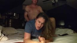 Moglie sexy sveglia il marito perché ha voglia di farsi scopare