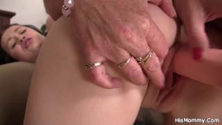 Gamle lesbiske mødre leger hendes unge fisse