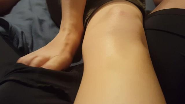 【ウホ】女性の足でパンツの上から足コキされてパンツ内で射精してしまう男♂【ノンケ動画】