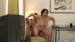 Granny tourist gets picked up and rides his cock