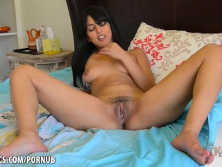 Sophia Leone vibrates her hot pussy
