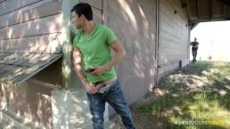 Next Door Buddies - Ragazzo etero beccato a farsi una sega poi scopa l'amico