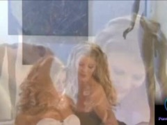 Slanke sexy blondines Lea De Mea en Monica Sweetheart spelen dildo's van Lea en Monica.