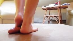Cock crush dancing met sexy blote voeten rode teennagels en cumshot