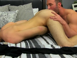 Hunk daddy Brock Landon pounds Aiden Summers ass