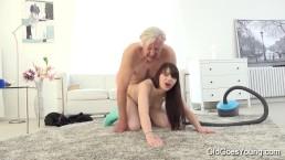 i vecchi vanno con le ragazze - Luna Rival scopata mentre passa l'aspirapolvere