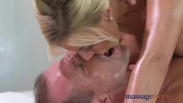 Massage Rooms - MILF blonde à gros seins en chaleur suce et baise une bite bien dure