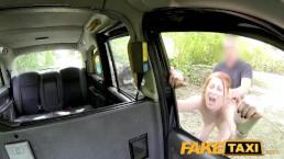 色白スレンダー海外美少女が車の陰に隠れて極太チンポを美味しそうに咥える