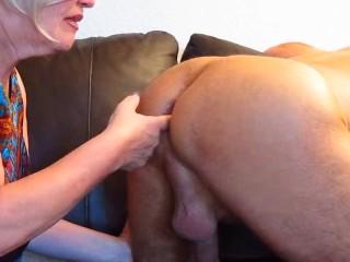 Blonde Hure Finger bei Mann in Arsch abgeschleckt und in Maul gespritzt